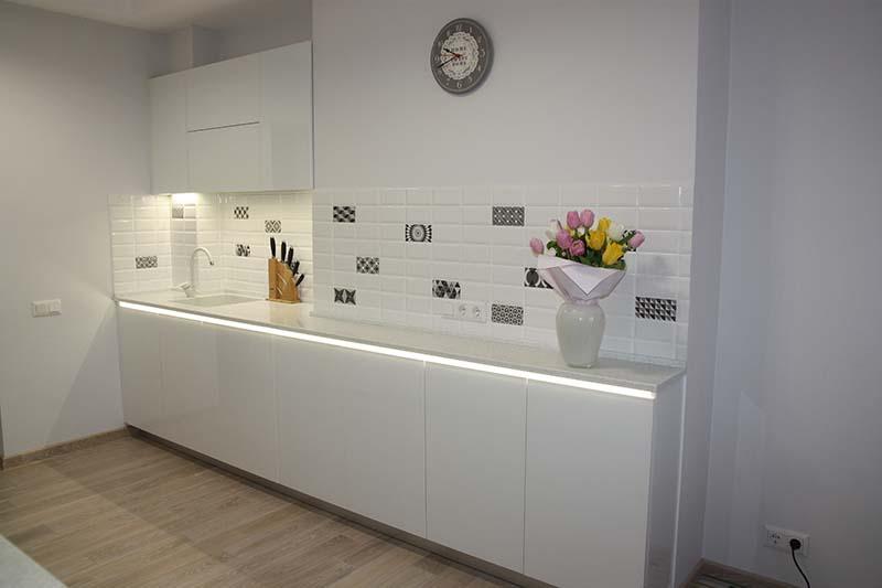 Кухня белого цвета со стеклянными фасадом