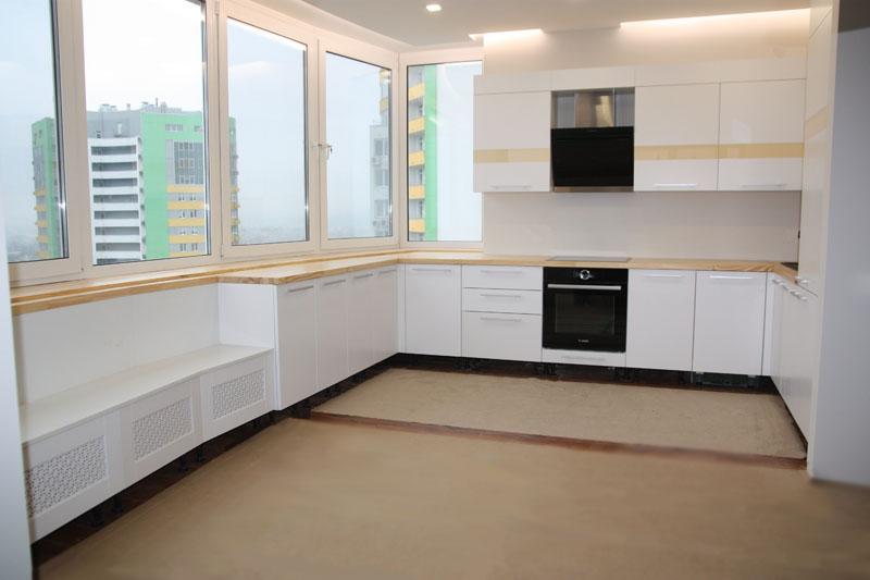 Белая мебель в интерьере с большими окнами