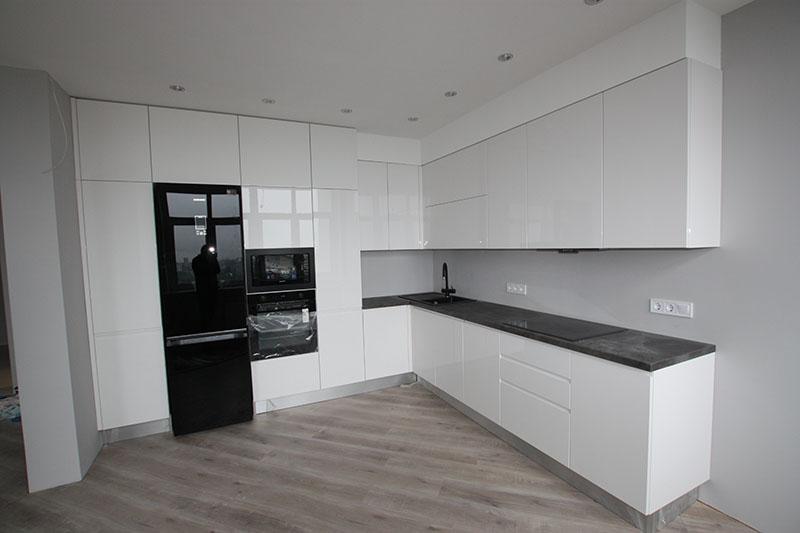 Белая кухня в светлом интерьере