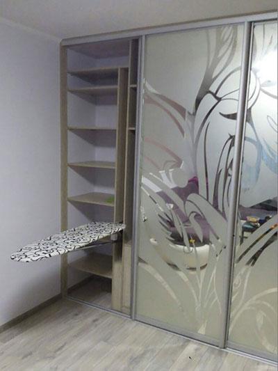 шкаф-купе в гардеробной с гладильной доской